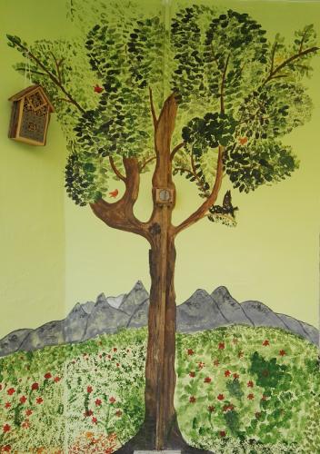 Baum an Hauswand